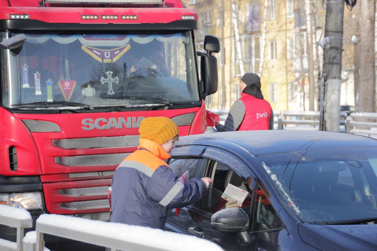 По улицам Твери провезли разбитую поездом машину / фото
