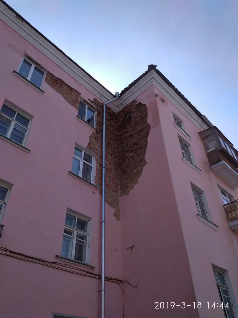 В ржевском доме с разрушающейся стеной начнут ремонтировать крышу, а в следующем году – фасад
