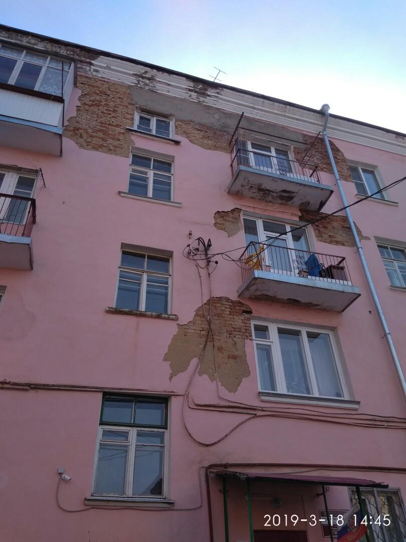 В Тверской области осыпающаяся стена дома рискует рухнуть на головы детей
