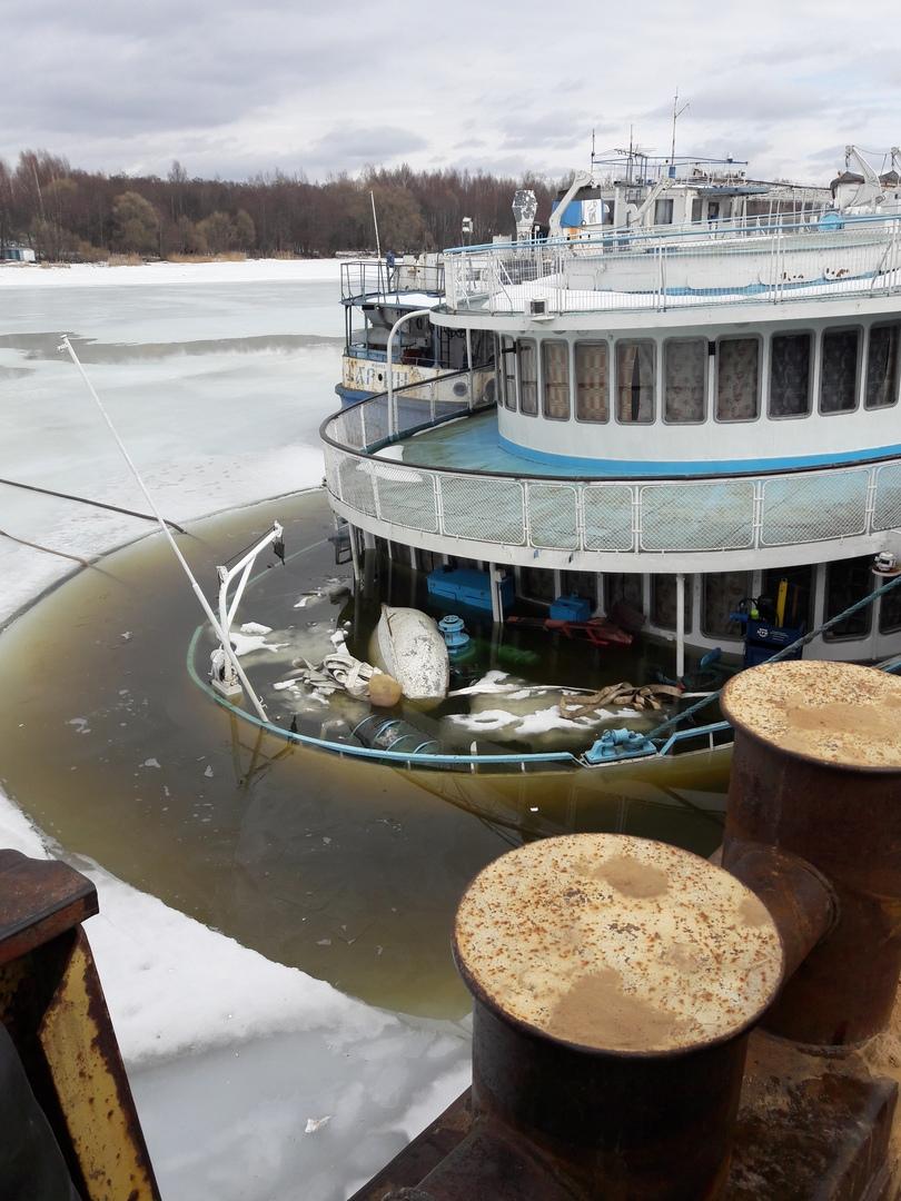В Тверской области у пристани затонул пассажирский теплоход