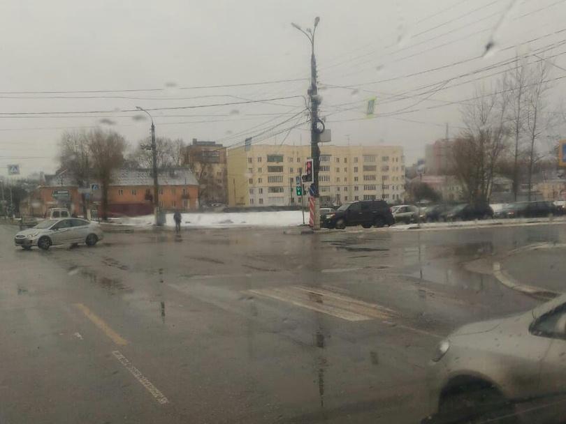 В Твери перекрыли движение на оживленной улице из-за наледи